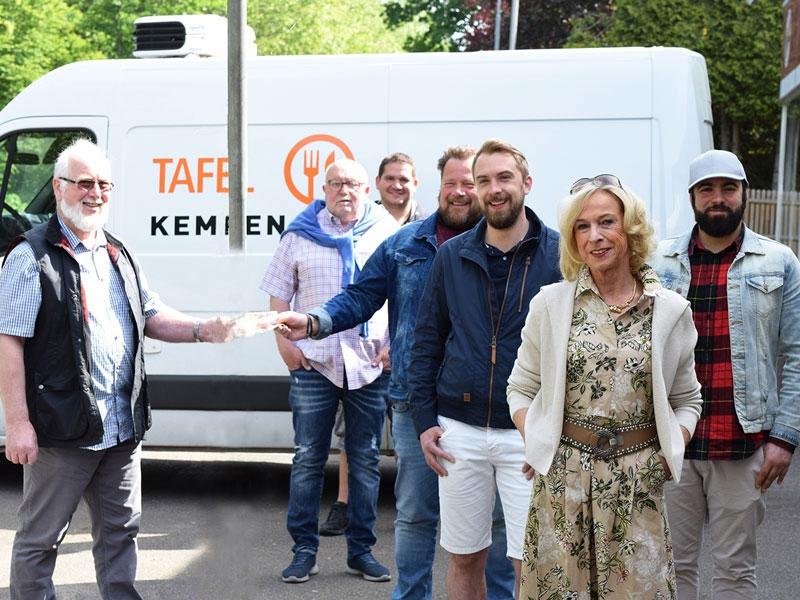 Bruno Wrede (l.), Leiter der Kempener Tafel, nimmt die Spende von Manfred Kohnen entgegen.